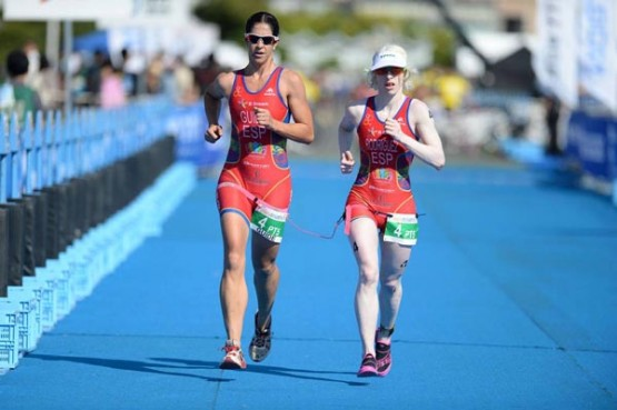Susana Rodriguez e Mayalen Noriega no World Paratriathlon Event Yokohama (2014). Imaxe de ITU Media, do fotógrafo australiano Delly Carr.