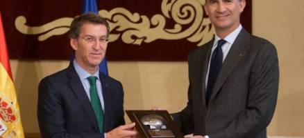 O Rei Felipe VI recibe as credenciais que o ratifican como primeiro embaixador de honra vitalicio do Camiño de Santiago