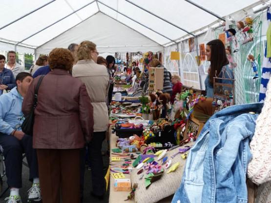 Visitantes á edición anterior da feira de artesanía