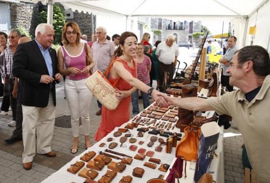 Sol Vázquez visitando os postos de artesanía