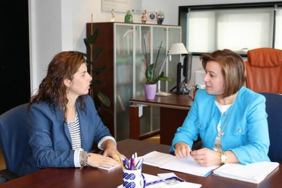 López Abella na reunión coa alcaldesa da Porqueira