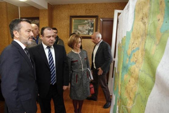 Hernández na visita ao Concello de Aranga