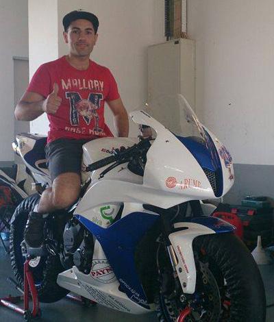 Alfonso Vazquez preparando a súa moto no taller