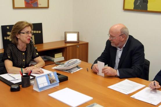 Encarnación Rivas na reunión co alcalde de Monterroso. Foto: C. Paz