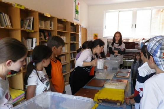 Escolares na mostra sobre traballos artesanais