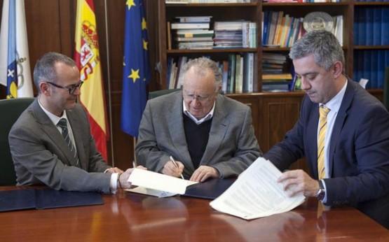 Alonso Montero asinando un convenio co Conselleiro de Educación, Xesús Vázquez, e o Secretario de Política Lingüística, Valentín García (abril 2014)