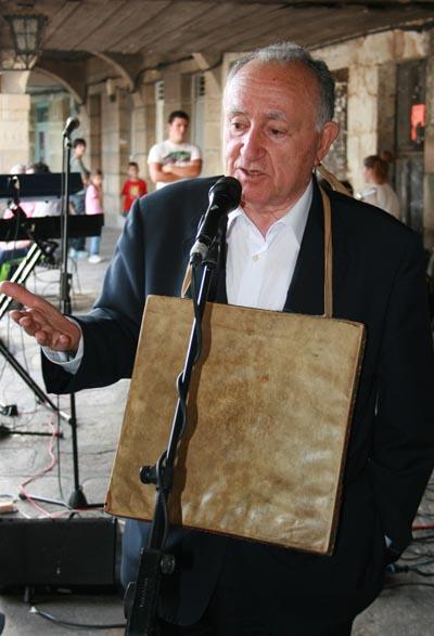 Alonso Montero dando unhas palabras nun acto