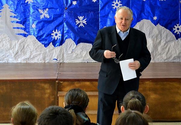 Alonso Montero no colexio de O Foxo falando para os rapaces (A Estrada, 2014)