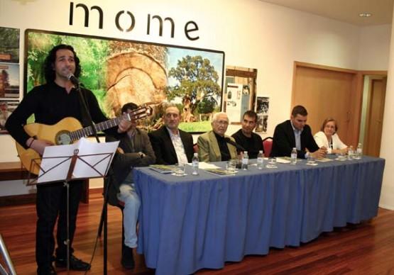 Manoele de Felisa interpretando un dos seus temas acompañado de persoeiros como Xosé Neira Vilas