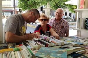 Miro Villar asinando libros nunha feira