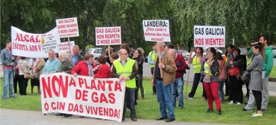 Veciños de Santa Comba manifestándose diante da Xunta