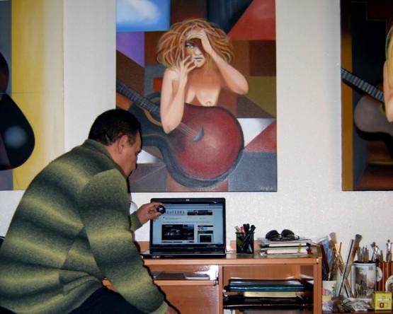Scorpio na súa casa con algunhas das súas pinturas na parede