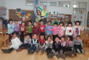 Sara cos rapaces da súa clase na gardería