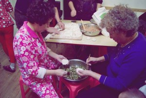 Familia chinesa facendo empanadillas de Ano Novo