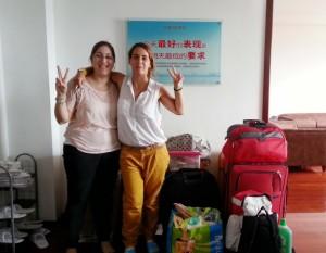 Sara e máis a súa compañeira Irene durante a mudanza