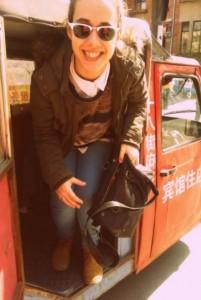 Sara saíndo dun taxi (bengbeng)