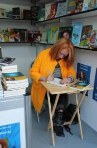 Anxos Sumai asinando libros nunha Feira do Libro