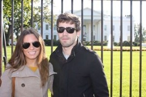 Xabi coa súa moza Ana, na casa Branca. Ela tamén é española e traballa na súa mesma empresa.