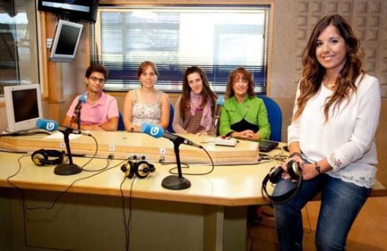 Cristina García no estudio con parte do seu equipo
