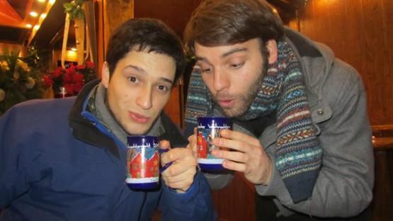 Millán cun amigo tomando o típico viño quente para soportar o frío do inverno
