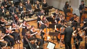 Millan tocando na Orquestra