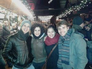 Millán acompañado duns amigos no Weihnachtsmarkt (Mercado de Nadal)