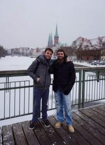 Millán na canle da cidade, que se conxela no inverno, acompañado dun amigo que foi de visita