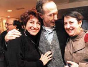 Pilar García Negro acompañada de dous amigos nunha foto de arquivo