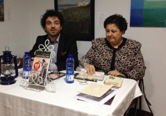 Pilar García Negro con Henrique Albarellos na presentación dun libro.