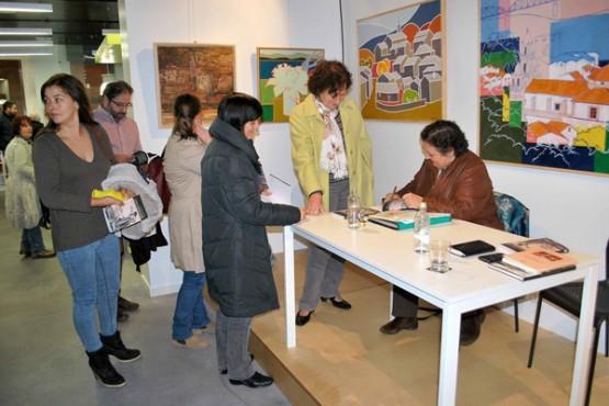 Pilar García Negro durante unha sinatura de libros