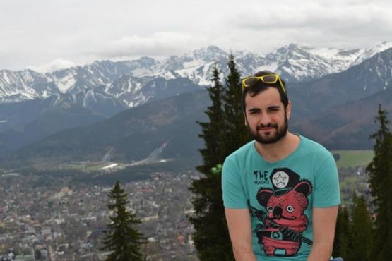 Iván na vila de Zakopane, coa cordillera dos Tatras ó fondo