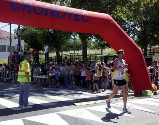 Vítor Riobó cruzando a liña de meta na carreira de Monteporreiro (2014)