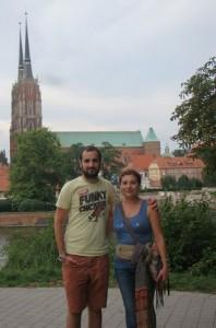 Iván coa súa nai que foi de visita, na Catedral de Wroclaw e co río por detrás