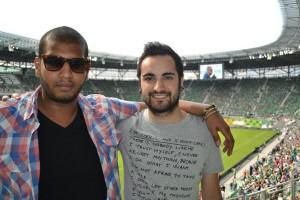 Iván cun amigo portugués no estadio da cidade, un dos estadios onde se celebrou a Eurocopa.