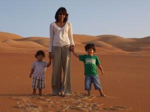 A muller de David cos seus fillos nunha paisaxe de deserto