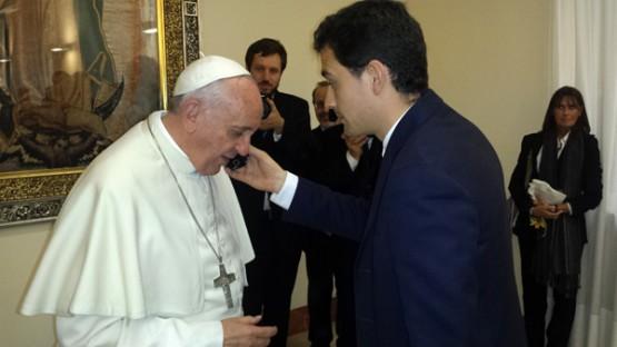Javier co Papa Francisco, mentras este fala coa súa nai por teléfono