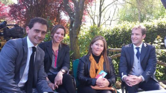 Javier e outros xornalistas da Axencia con Flory, a muller supostamente curada por Xoan Pablo II