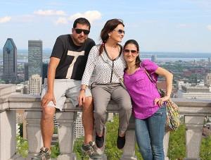 Andrea acompañada da súa familia con vistas de Montreal dende Mont Royal