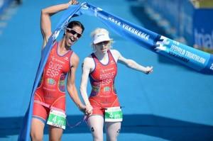Susana e Mayalen posando na liña de meta. Imaxe de ITU Media, do fotógrafo australiano Delly Carr.