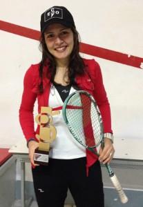 Xisela Aranda posando cun dos seus premios