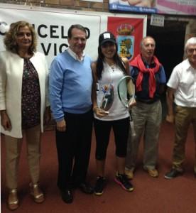 Xisela Aranda recibindo o recoñecemento da súa cidade. Co alcalde de Vigo, Abel Caballero.