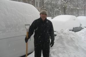 jose-limpando-de-neve-o-acceso-a-casa