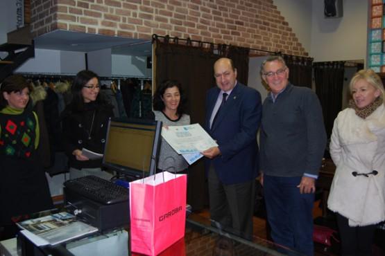 Entrega do premio aos representantes do establecemento