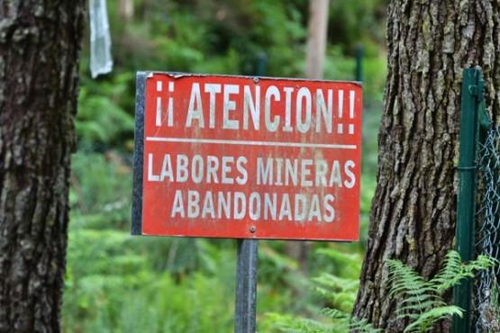 Antigo cartel de exploración mineira en Corcoesto
