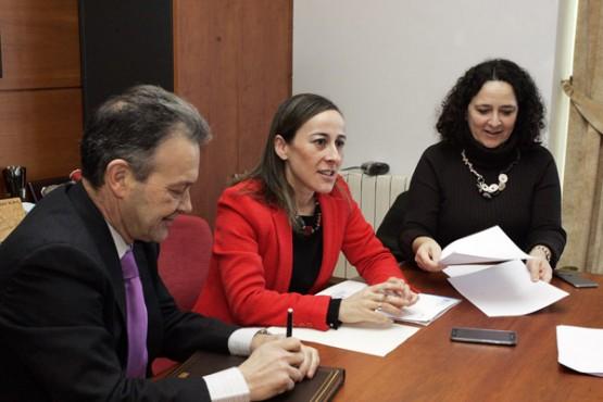 Ethel Vázquez na reunión co alcalde de Cabanas