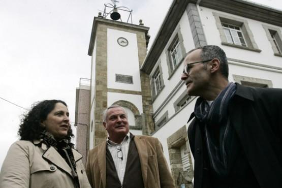 Xesús Vázquez ante a Torre do Reloxo de Neda