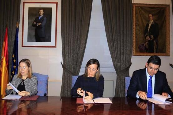 Ana Pastor e Ethel Vázquez na sinatura do acordo