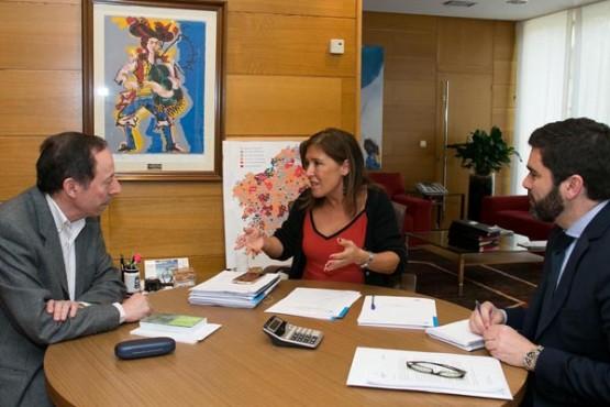 Beatriz Mato na reunión co alcalde de Beariz. Foto: X. Crespo