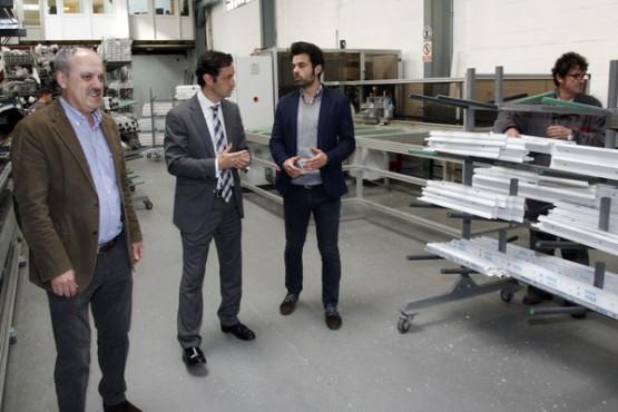 Javier Aguilera na visita á empresa en Vimianzo