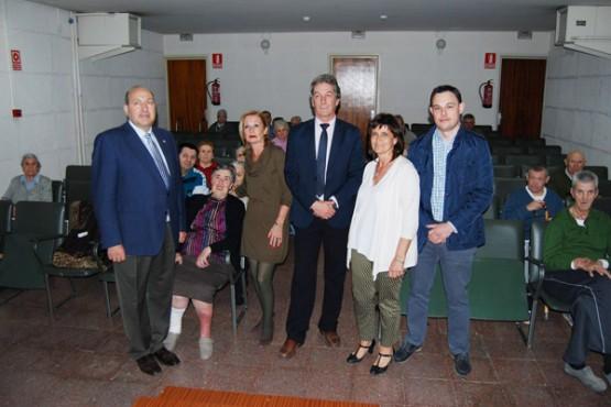 Rogelio Martínez na visita a unha das residencias